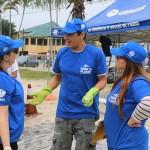 Thiago Nascimento, do Gremar, explicando os problemas que o plástico causa quando jogado no mar