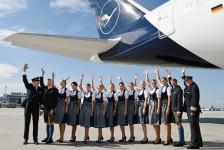 Tripulação da Lufthansa embarca em trajes típicos durante Oktoberfest