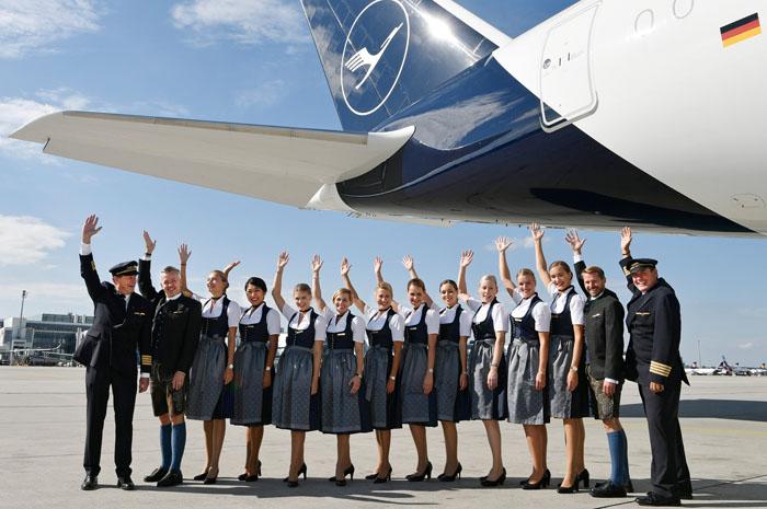 Tripulação de avião da Lufthansa vestidas à carater para a Oktoberfest