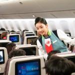 Comissárias entreteram os passageiros e mostraram as mudanças de uniforme nos últimos 50 anos
