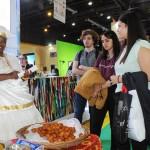 A baiana distribui acarajés para os argentinos apaixonados pela nossa culinária