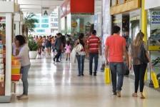 Confiança do consumidor é menor que no início do ano, apontam CNDL e SPC