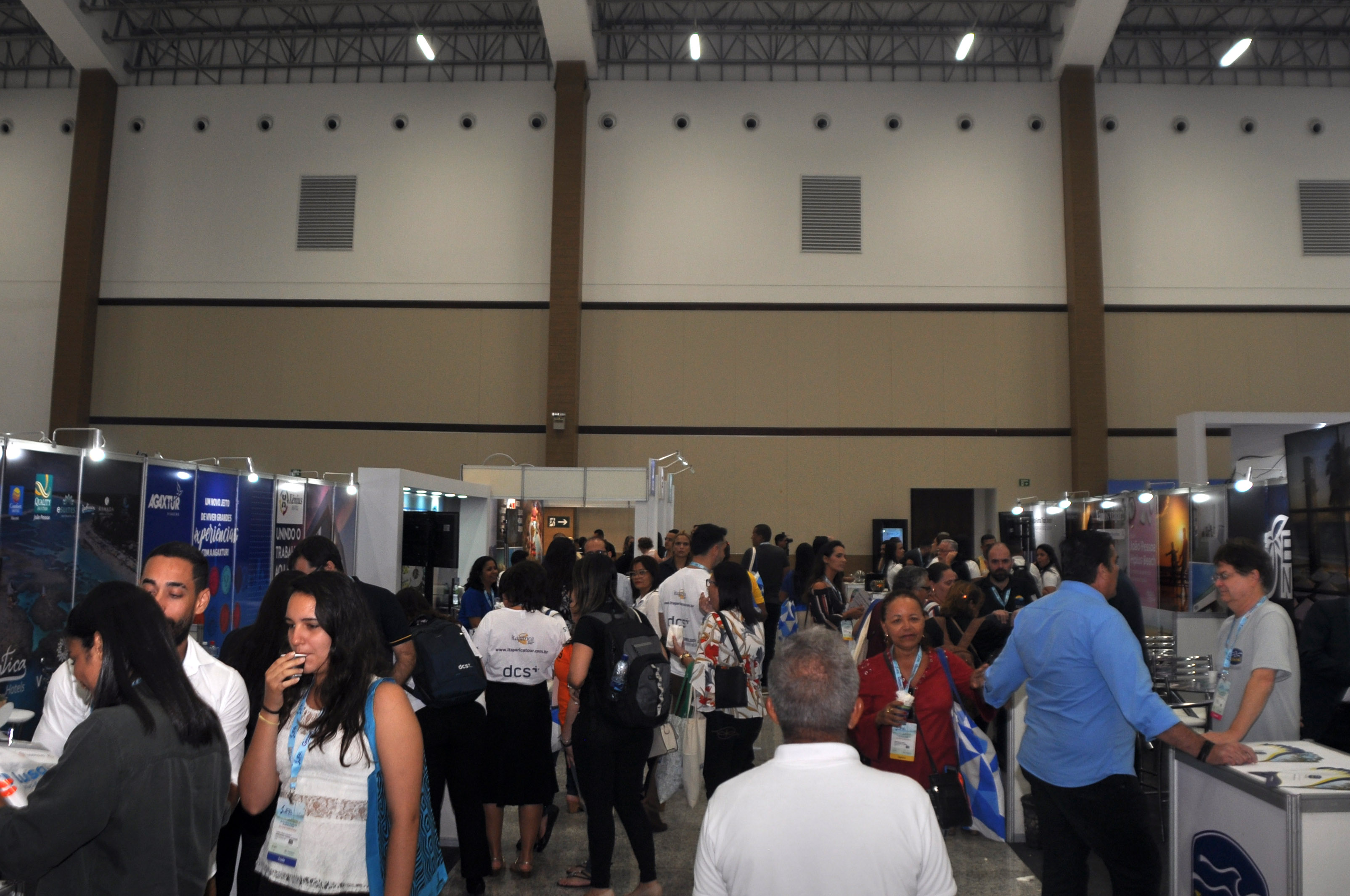 Corredores cheios durante o JPA Travel Market