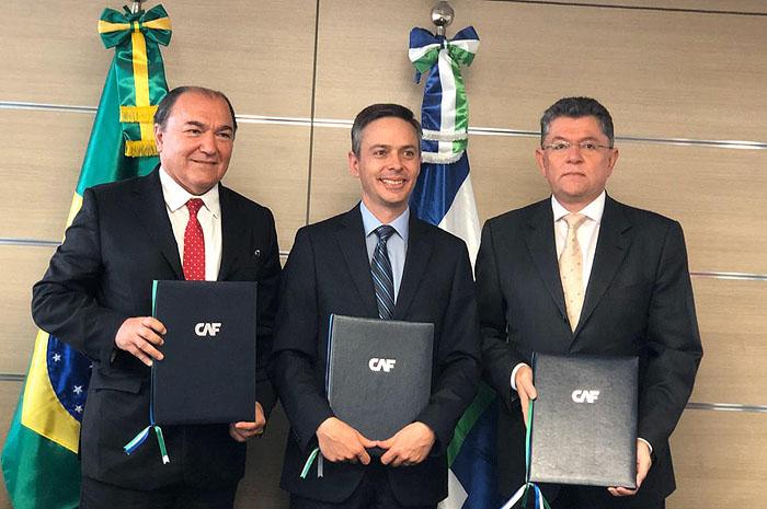 Milton Santos, secretário executivo da Secretaria de Fazenda e Planejamento; Jaime Manuel Holguin Torres, representante do CAF; Silvani Pereira, presidente do Metrô