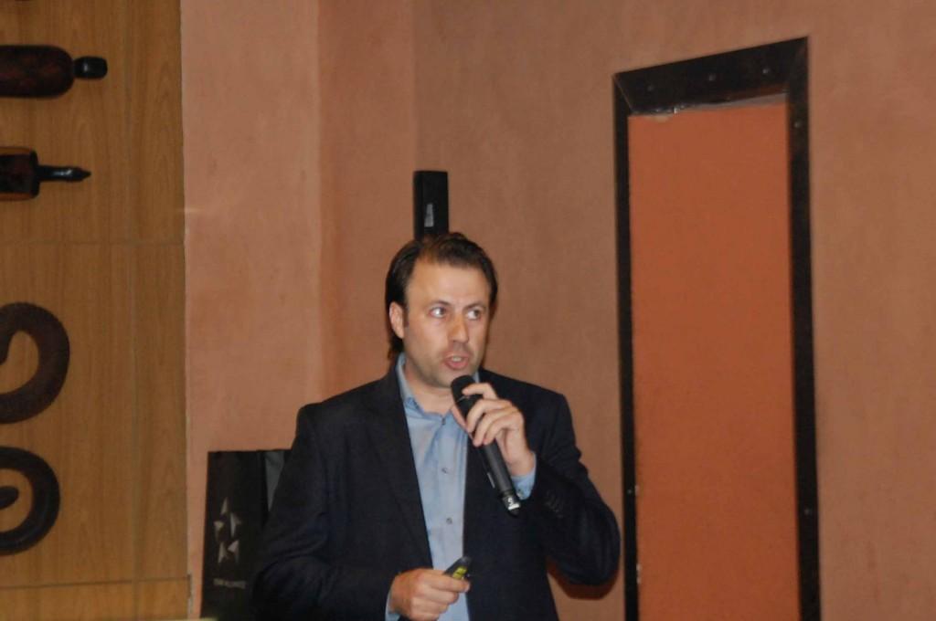 Emerson Sanglard, da Copa, representando a Star Alliance em apresentação durante jantar