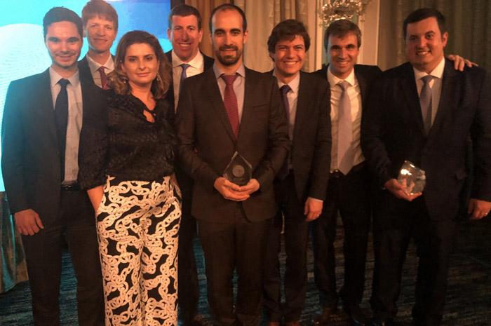 """Equipe do Salvador Bahia Airport recebendo o prêmio de """"Financiamento de Aeroporto do ano"""", pela Latin France"""