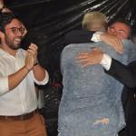 Fabrício Medeiros, da Home Tour, abraça Ricardo Bezerra, gerente comercial da Azul Viagens
