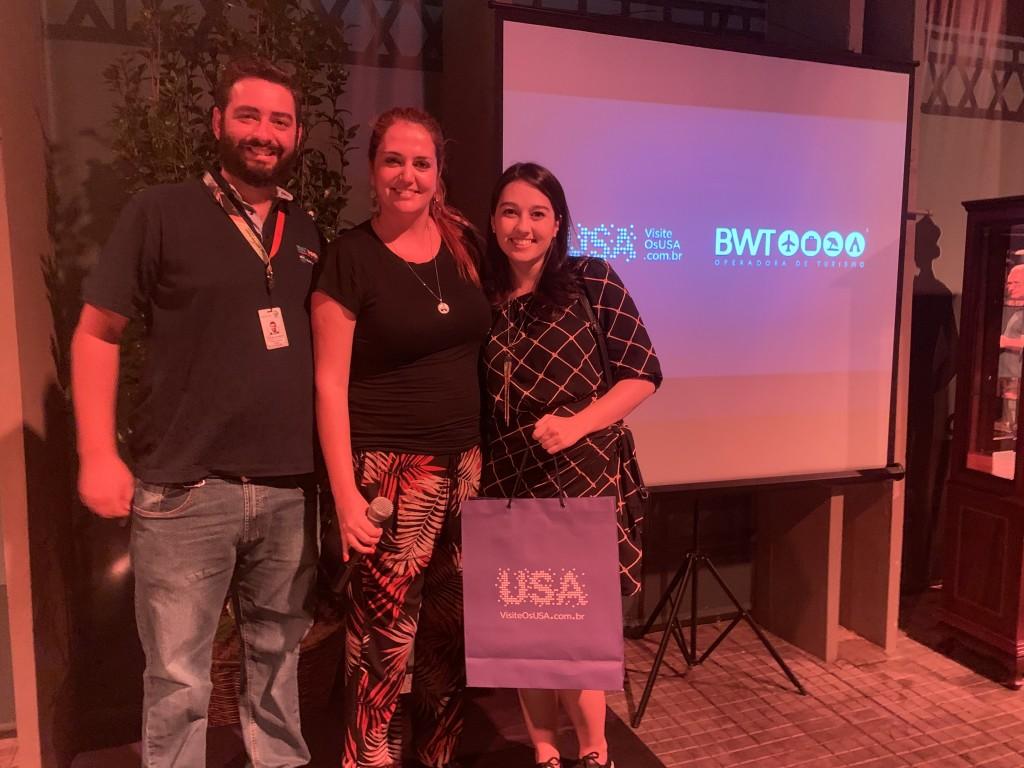 Gabriel Cordeiro Ana Elisa Facchinato e agente premiada com kit Brand USA no evento