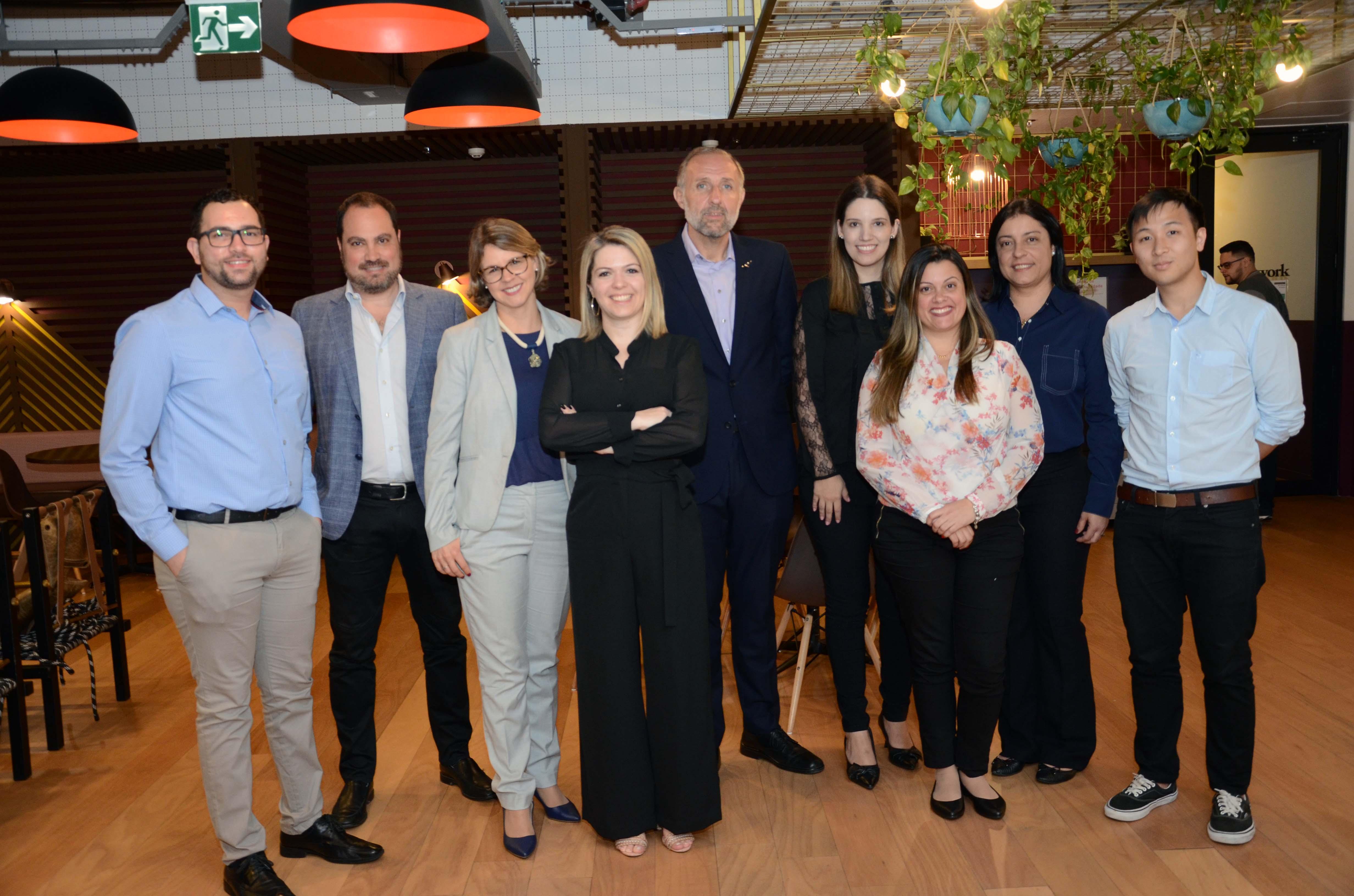Gustavo Esusy com a equipe de vendas da companhia no Brasil (Foto: Eric Ribeiro)