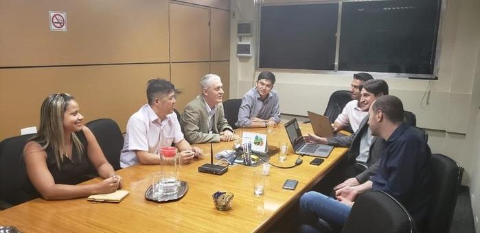 Daiana Moreira e Gervásio Tanabe da Abracorp, reunidos com o Comitê de Tecnologia e Inovação da entidade - Tadeu Cunha (Copastur); Ricardo Fujimoto (Jet Stream) e Wagner Amarelo (Costa Brava)