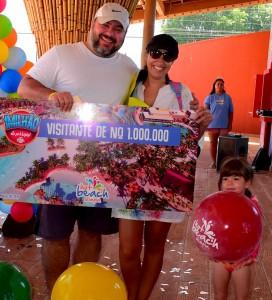 Renan Taveira foi o visitante 1 milhão do Hot Beach Olímpia, ao lado da esposa e da filha.