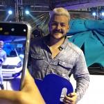 O ganhador, Fabricio Medeiros, grava vídeo para seus seguidres