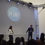 Os apresentadores do Disney Planet, Bruno Heder e Valeria Baroni, estiveram presentes na inauguração
