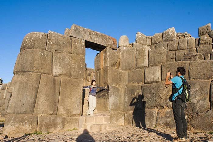 Turistas na fortaleza de Sacsayhuamán, no Peru