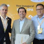 Sebastian Pereira, presidente, e Esteban Tossutti, CEO da Flybondi, com Otávio Leite, secretário de Turismo do RJ