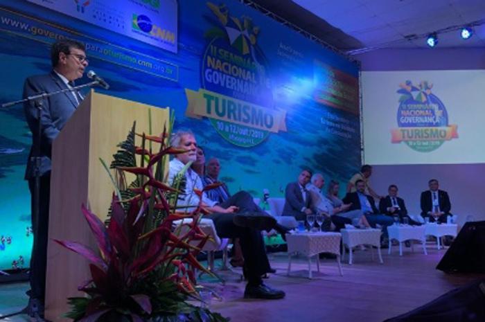 Presidente da Embratur, Gilson Machado Neto, discursa na abertura do evento que vai até amanhã (12), em Alagoas