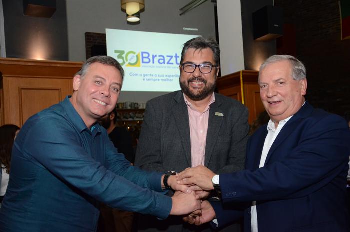 Ângelo Sanches, secretario de Turismo de Canela, Roberto Nedelciu, presidente da Braztoa, e Constantino Orsolin, prefeito de Canela