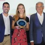 Alex Salles e Mariana Pedrosa, do Grand Hyatt, recebem o prêmio de Selo Verde da Hotelaria de Paulo Jobim, secretário municipal de Turismo do Rio