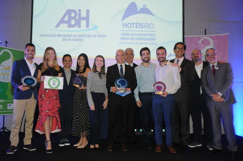 Alfredo Lopes, presidente da ABIH-RJ, com os premiados do Top Hotel RJ 2019