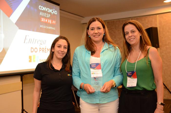 Andréa Guimarães, da Perfil Viagens, entre Jessica Moraes e Juliana Luengo, da Bedsonline