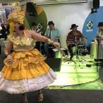 Apresentação de música e dança no estande do Brasil