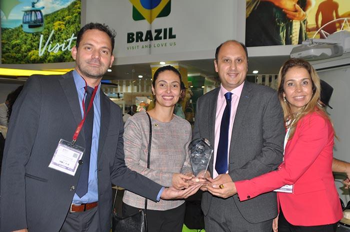 Arthur Grimaldi, Veruska Xavier e Katja Becker, da Embratur, recebem o prêmio de Arthur Grimaldi, Veruska Xavier e Katja Becker, da Embratur, recebem o prêmio de Conan Jal, da Reed