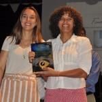 Camila Fernandes, do Campo Grande Destination, entrega o prêmio na categoria ONGs para Simone Mamede