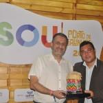 Claiton Armelin e Leonardo Bezerra, da CVC Corp, recebendo o prêmio pela OLA