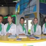 Equipe de recpcionistas do Estande do Brasil