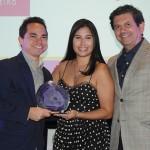 Felipe Ferreira e Isabela Campos, do Grand Hyatt, recebem o prêmio Corintho Falcão de Otávio Leite, secretário de Turismo do RJ