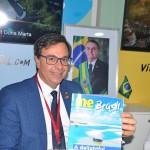 Gilson Machado, presidente da Embratur, com a edição especial do Mercado & Evenros na WTM
