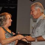Governador Reinaldo Azambuja entrega prêmio a Valdeci Thomé, que representou a filha Polliana Thomé, vencedora na categoria Academia