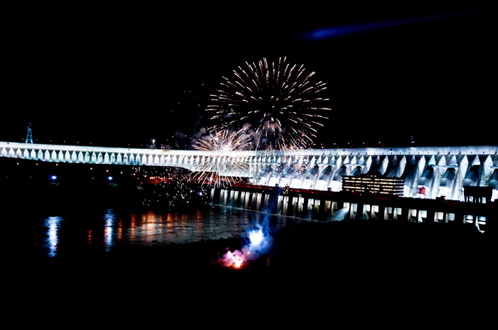 Itaipu Iluminada com as cores do Outubro Rosa contribuiu para aumento de visitantes no local