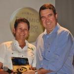 Joice Marques, da Joice Pesca & Tur, foi a vencedora na categoria Agências e Operadoras e recebeu o prêmio do secretário de Governo, Eduardo Riedel