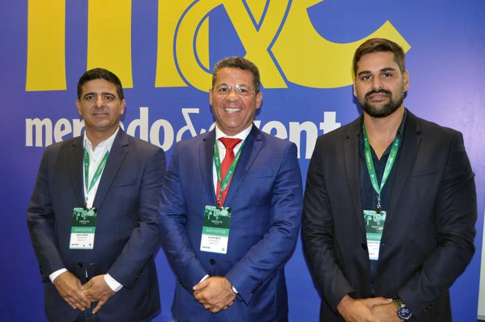 José Sales Neto, secretário de Turismo de Sergipe, entre Marlysson Magalhães, secretário de Turismo de Aracaju, e Adailton Martins, secretário de Turismo de Barra dos Coqueiros