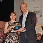 Luiza Coelho recebeu em nome do pai o prêmio na categoria Atrativos Turísticos, entregue pelo secretário Jaime Veruck
