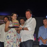 Massimo Pellitteri, da Associação de Hotéis de Porto de Galinhas, entrega o troféu à Daniele Araújo, da Gol