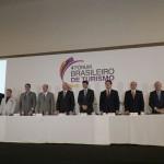 Mesa completa com as lideranças de turismo no 4º Fórum Brasileiro de Turismo