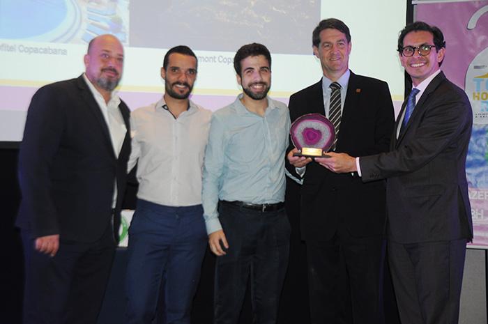 Michael Nagy, Bruno Kozlowski, Pedro Henrique e Netto Moreira, do Fairmont, recebem o prêmio de Expansão Hoteleira da Accor