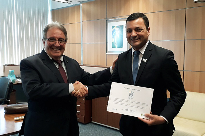 Ministro interino, Robson Napier, entrega Selo +Turismo ao prefeito de Itanhaém, Marco Aurélio Gomes (Foto: Victor Maciel/MTur)