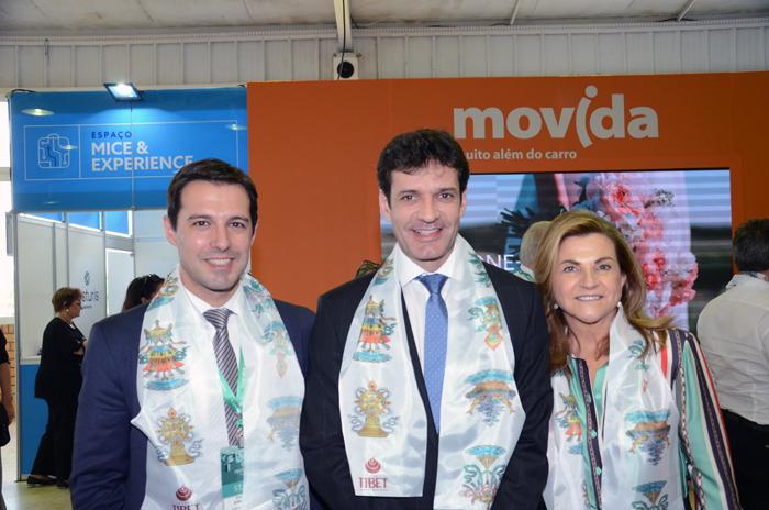 O ministro do Turismo, Marcelo Álvaro Antônio, entre Eduardo Zorzanello e Marta Rossi, do Festuris, durante a última edição do evento