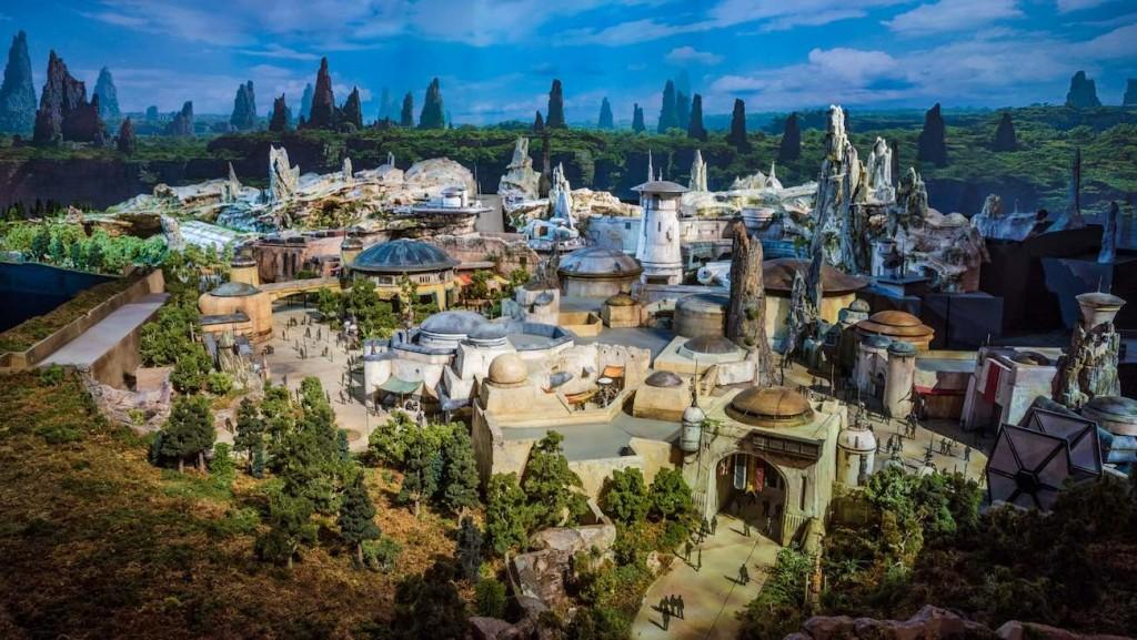 Opening-day-Star-Wars-Galaxys-Edge-model-disneyland.