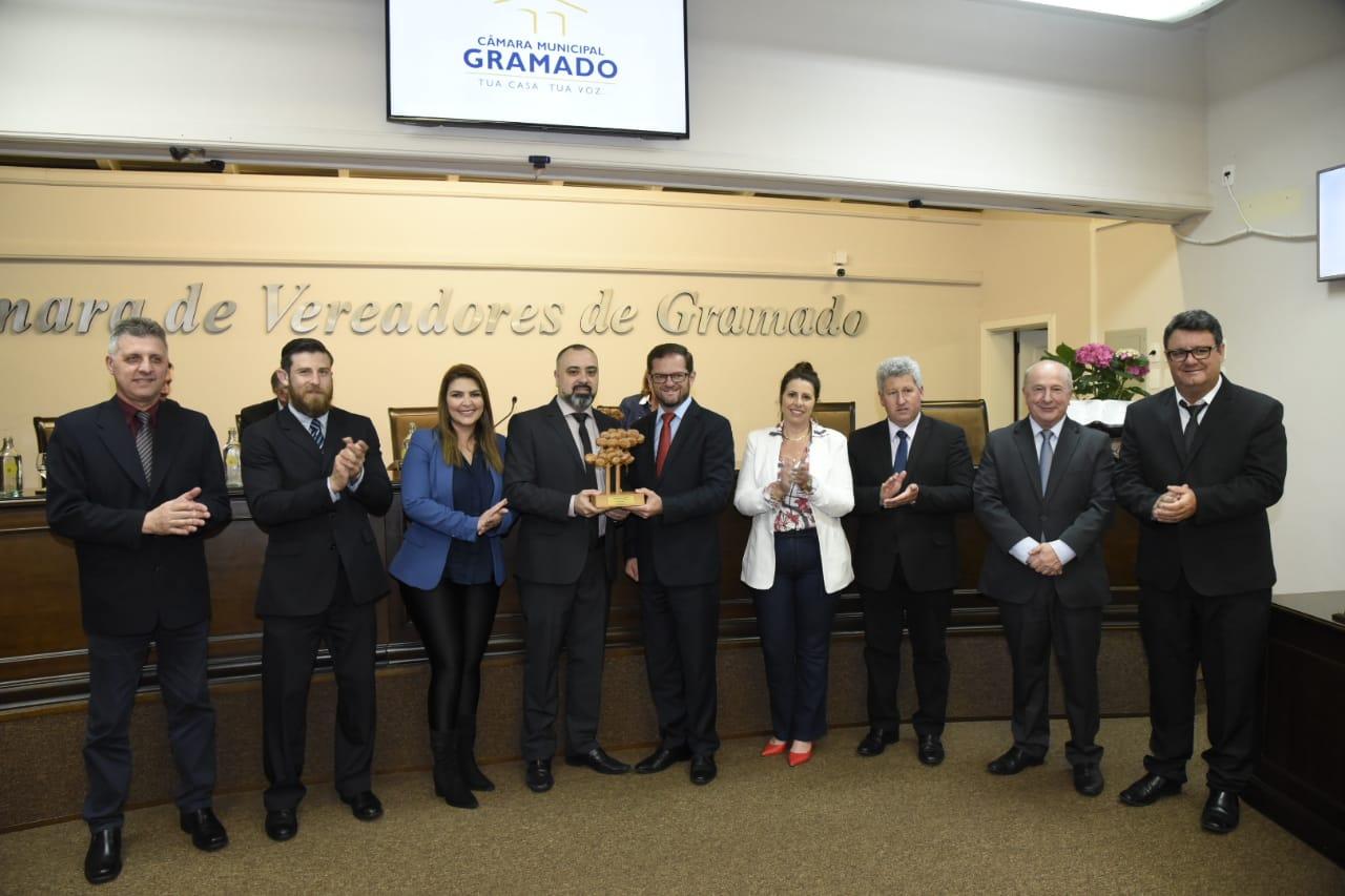 Presidente da Câmara dos Vereadores, Rafael Ronsoni, entrega o troféu ao editor-chefe do M&E, Anderson Masetto