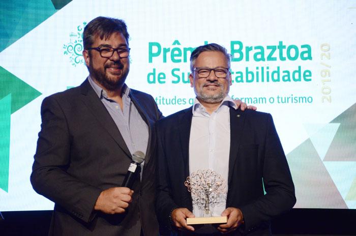 Roberto Nedelciu, da Braztoa, com Bob Santos, do MTur