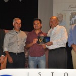 Rodrigo Hata, do Bar Velfarre, recebeu o prêmio de Pedro Chaves, secretário especial no Escritório de Relações Institucionais