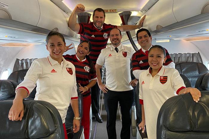 A tripulação da Avianca Holdings vestiu, literalmente, a camisa do Flamengo no primeiro voo que levou os torcedores para o Peru Divulgação/Avianca Holdings