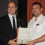 Wilson Witzel, governador do RJ, presenteou o comandante Rafaelle com um livro sobre as rotas marítimas do Rio de Janeiro
