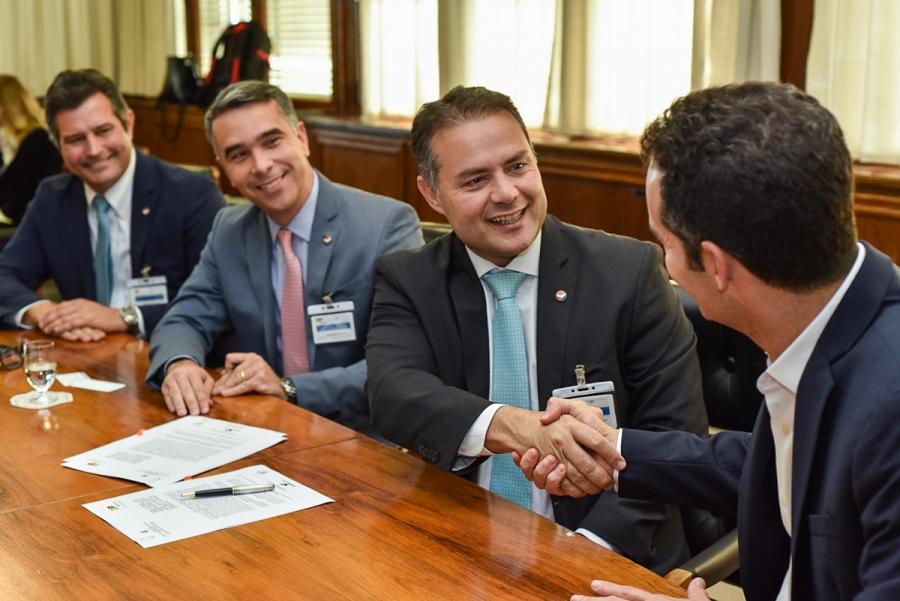 Governador de Alagoas, Renan Filho, celebra o acrdo com o presidente da TAP, Antonoaldo Neves