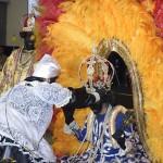Coroação da rainha durante a apresentação do ritmo do Maracatu