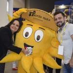 Emilia Cândida e Marlos Martins, do Hotel Seara, acompanhados do mascote do empreendimento